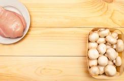 Сырцовые филе и грибы цыпленка на деревянной предпосылке Установите f стоковые фотографии rf