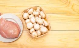 Сырцовые филе и грибы цыпленка на деревянной предпосылке Установите f стоковое фото