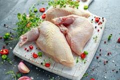 Сырцовые филе supremes куриной грудки с чилями, corns перца и тимианом на белой деревянной прерывая доске Стоковые Фото