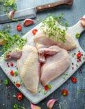 Сырцовые филе supremes куриной грудки с чилями, corns перца и тимианом на белой деревянной прерывая доске Стоковые Изображения RF