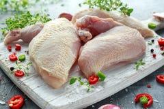 Сырцовые филе supremes куриной грудки с чилями, corns перца и тимианом на белой деревянной прерывая доске Стоковое Фото