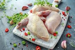 Сырцовые филе supremes куриной грудки с чилями, corns перца и тимианом на белой деревянной прерывая доске Стоковая Фотография RF