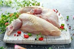 Сырцовые филе supremes куриной грудки с чилями, corns перца и тимианом на белой деревянной прерывая доске Стоковое Изображение