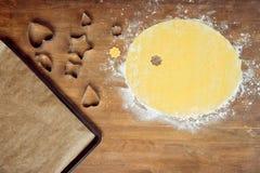 Сырцовые форменные печенье, тесто и и резцы печенья на деревянном столе Стоковая Фотография RF