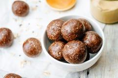 Сырцовые шарики какао кокоса овса арахисового масла vegan Стоковая Фотография RF