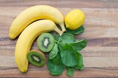Сырцовые шпинат, лимон кивиа и бананы, ингридиенты smoothie Стоковая Фотография