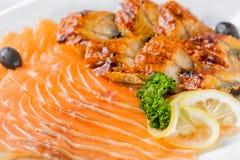 Сырцовые salmon части филе служили с лимоном, черными оливками и травами на белом конце плиты вверх с селективным фокусом Стоковое фото RF