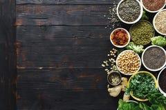 Сырцовые superfoods фасолей хлопьев семян зеленеют взгляд сверху овощей стоковые изображения
