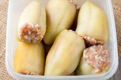 Сырцовый заполненный перец в контейнере Стоковое Фото