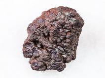 Сырцовый камень гётита на белизне стоковое фото