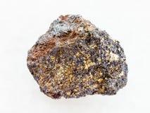 сырцовый камень магнетита (железной руды) на белизне стоковое фото rf