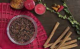 Сырцовый коричневый рис на деревянной предпосылке с положением квартиры приправами Стоковое фото RF
