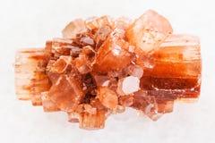сырцовый кристалл драгоценной камня Aragonite на белом мраморе Стоковое Изображение