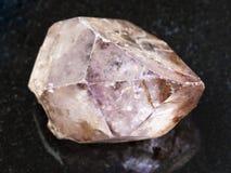сырцовый кристалл amethyst драгоценной камня на темноте Стоковое Изображение