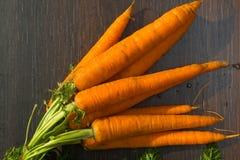 сырцовый органический пук моркови на черной таблице стоковое изображение rf