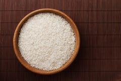 Сырцовый рис в деревянном шаре стоковое фото