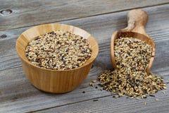 Сырцовый рис в деревянном kitchenware разливая на деревенскую древесину Стоковые Фотографии RF