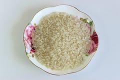 Сырцовый рис на плите стоковые фотографии rf