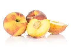 Сырцовый свежий желтый персик изолированный на белизне Стоковое Фото