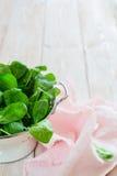 Сырцовый свежий шпинат в дуршлаге вертикально Стоковые Изображения