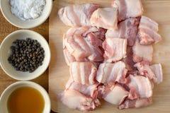 Сырцовый свинина на предпосылке таблицы разделочной доски деревянной Стоковое Фото