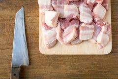 Сырцовый свинина на предпосылке таблицы разделочной доски деревянной Стоковое Изображение