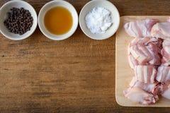 Сырцовый свинина на предпосылке таблицы разделочной доски деревянной Стоковые Фотографии RF