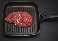 Сырцовый стейк говядины в сковороде Стоковое Изображение RF