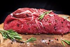Сырцовый стейк говядины отрезал в половине на коричневой бумаге kraft Стоковая Фотография RF