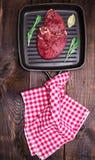 Сырцовый стейк говядины с специями Стоковые Изображения RF