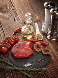 Сырцовый стейк говядины на каменной плите Стоковое фото RF