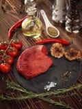 Сырцовый стейк говядины на каменной плите Стоковые Изображения RF
