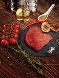 Сырцовый стейк говядины на каменной плите Стоковые Фото