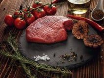 Сырцовый стейк говядины на каменной плите Стоковое Изображение