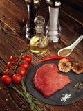 Сырцовый стейк говядины на каменной плите Стоковая Фотография