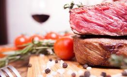 Сырцовый стейк говядины с солью и розмариновым маслом перца на деревянном столе Стоковые Изображения RF