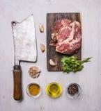 Сырцовый стейк свинины на дровосеке мяса разделочной доски и года сбора винограда с специями, чесноком и травами на деревянных де Стоковое Изображение