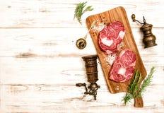 Сырцовый стейк Ribeye свежего мяса соль rosemary перца листьев трав чеснока cardamon залива spices ваниль еда вареников предпосыл Стоковые Изображения RF