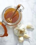 Сырцовый чеснок и мед осмотренные сверху стоковое изображение