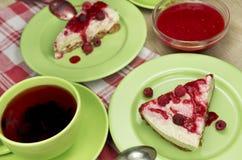 Сырцовый чизкейк ягоды vegan свободный от клейковин с замороженной поленикой Стоковые Фотографии RF