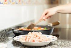 Сырцовый chiken блюдо и женский варить в лотке Стоковые Фото