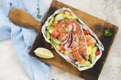 Сырцовый salmon стейк в шлюпке фольги Стоковая Фотография