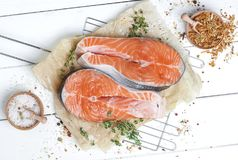 Сырцовый salmon стейк на белом взгляд сверху деревянного стола Стоковые Фото