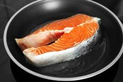 Сырцовый salmon стейк на сковороде, Стоковая Фотография