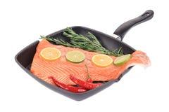 Сырцовый salmon стейк на сковороде Стоковые Фотографии RF