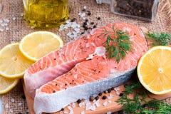 Сырцовый salmon стейк рыб на деревянной предпосылке Стоковое Изображение