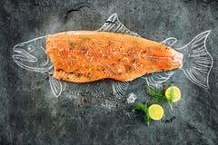 Сырцовый salmon стейк рыб с ингридиентами любит лимон, перец, соль моря и укроп на черной доске, сделанном эскиз к изображении с  Стоковое Фото