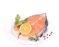 Сырцовый salmon стейк с лимоном Стоковое Изображение RF