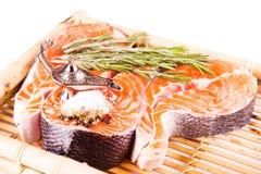 Сырцовый salmon стейк с розмариновым маслом на bamboo доске Стоковое Фото