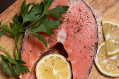 1 сырцовый salmon стейк Стоковые Изображения